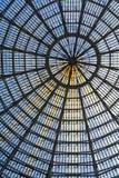 作为半球形的天花板一部分的多个玻璃窗 垂直格式 库存照片