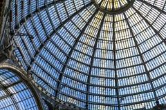 作为半球形的天花板一部分的多个玻璃窗 水平的形式 图库摄影