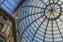 作为半球形的天花板一部分的多个玻璃窗 水平的形式 免版税库存照片