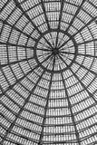 作为半球形的天花板一部分的多个玻璃窗 黑色白色 图库摄影