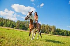 有油漆马的一个女孩 免版税图库摄影