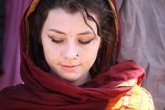 作为印地安人打扮的美丽的欧洲女孩 免版税库存照片