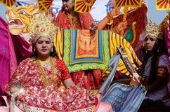 作为印度神和人打扮的妇女在普斯赫卡尔骆驼市场,拉贾斯坦,印度 免版税库存图片