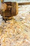 作为原料和锯木屑或者纤维使用的木片剥落在木药丸背景的生产 库存照片