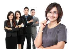作为团队负责人的愉快的成熟的商业妇女 免版税图库摄影
