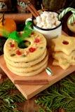 作为圆环和星被塑造的一种油脂含量较高的酥饼装饰用干樱桃和坚果 免版税库存图片