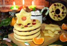 作为圆环和星被塑造的一种油脂含量较高的酥饼装饰用干樱桃和坚果 库存图片
