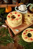 作为圆环被塑造的一种油脂含量较高的酥饼装饰用干樱桃和坚果 免版税图库摄影