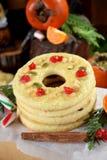 作为圆环被塑造的一种油脂含量较高的酥饼装饰用干樱桃和坚果 免版税库存图片