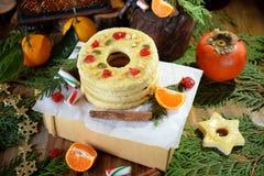 作为圆环被塑造的一种油脂含量较高的酥饼装饰用干樱桃和坚果 库存照片