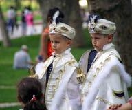 作为土耳其苏丹打扮的两个男孩在Topkapi宫殿公园  图库摄影