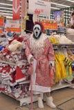 作为圣诞老人和面具尖叫穿戴的时装模特 免版税库存图片