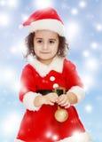 作为圣诞老人打扮的小女孩 免版税库存图片