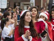 作为圣诞老人打扮的支持组成员招待参加者,并且每年种族` Cristmas的访客跑在Mi ` ilya的`我 免版税库存图片