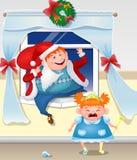 作为圣诞老人打扮的醉酒的爸爸攀登与礼物的窗口 红发女儿哭泣 免版税库存照片