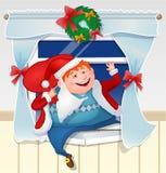 作为圣诞老人打扮的醉酒的爸爸攀登与礼物的窗口 免版税库存图片