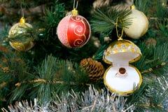 作为圣诞节装饰金戒指红宝石结构树 库存照片