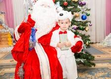 作为在新的Year& x27的北极熊打扮的愉快的小男孩; s假日children& x27; s假日 免版税库存图片