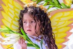 作为在游行的一个天使打扮的女孩,危地马拉 免版税图库摄影