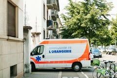 作为在自行车和pedestri的例外停放的医务人员救护车 免版税库存照片