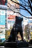 作为地标的Hachiko著名日本狗雕象在涩谷东京|游人在2017年3月30日的日本亚洲 免版税库存图片