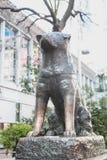 作为地标的Hachiko著名日本狗雕象在涩谷东京|游人在2017年3月30日的日本亚洲 免版税库存照片