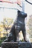 作为地标的Hachiko著名日本狗雕象在涩谷东京|游人在2017年3月30日的日本亚洲 库存图片