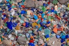 作为地被植物和五颜六色的玻璃被回收的岩石 免版税图库摄影