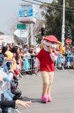 作为大兔子在狂欢节打扮的参加者在观察者附近去 免版税库存图片