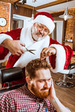 作为大师的圣诞老人在理发店 图库摄影