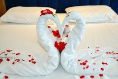 作为天鹅被安排的毛巾在一家豪华旅馆里 库存照片