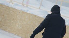 作为夫妇滑冰在溜冰场的男人和妇女室外在冬天 股票录像