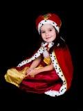 作为女王/王后打扮的小女孩 免版税库存图片