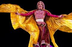 作为妇女跳舞打扮的印地安人在沙漠节日期间 库存图片