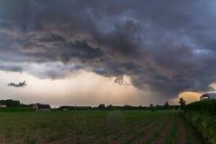 作为威胁的暴风云的剧烈的天空快速地移动在富兰德,比利时的风景 库存图片