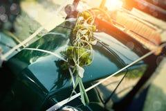 作为婚礼汽车新娘的老汽车 免版税库存照片