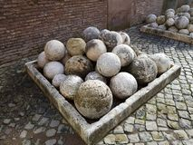 作为子弹头使用的石球在弹射器 免版税库存照片