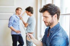 作为学生的年轻人有片剂计算机的 免版税库存照片