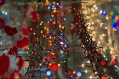 作为对象的电圣诞灯在超级市场,商店待售 大范围,各种各样五颜六色的装饰诗歌选 免版税库存图片