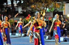 作为射手打扮的妇女,日惹市节日 免版税库存图片