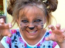 作为小猫被绘的女孩,咆哮显示牙 库存图片