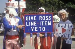 作为山姆大叔打扮的一个人和罗斯Perot竞选活动其他支持者他的1992年美国总统选举的在Oja跑 免版税库存图片