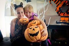 作为巫婆假装的作为老虎和两个女孩举行三 库存图片