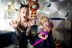 作为巫婆假装的作为老虎和两个女孩如此是惊恐的 免版税图库摄影
