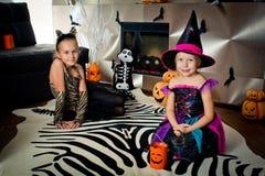 作为巫婆假装的作为老虎和两个女孩如此等待 库存图片