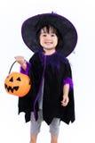 作为巫婆打扮的亚裔中国人Liitle女孩 库存照片