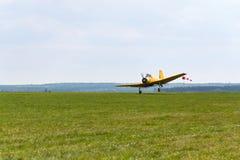 作为庄稼喷粉器飞行使用的Zlin Z-37 Cmelak捷克农业飞机 免版税库存照片