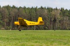 作为庄稼喷粉器飞行使用的Zlin Z-37 Cmelak捷克农业飞机 库存照片