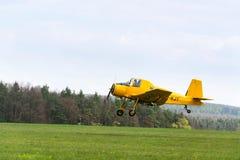 作为庄稼喷粉器飞行使用的Zlin Z-37 Cmelak捷克农业飞机 免版税库存图片