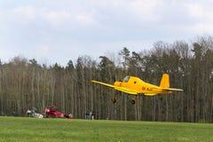 作为庄稼喷粉器飞行使用的Zlin Z-37 Cmelak捷克农业飞机 图库摄影